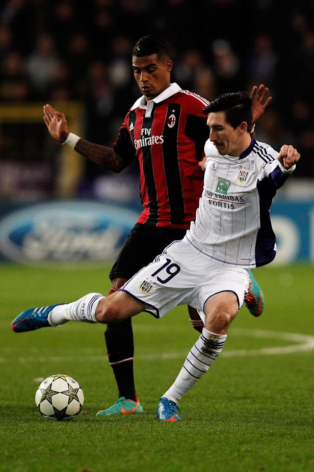 ANDERLECHT, BELGIUM - NOVEMBER 21: Sacha Kljestan of Anderlechtin action against Kevin-Prince Boateng of AC Milan during the UEFA Champions League Group C match between RSC Anderlecht and AC Milan at the Constant Vanden Stock Stadium on November 21, 2012 in Anderlecht, Belgium. (Photo by Dean Mouhtaropoulos/Getty Images)