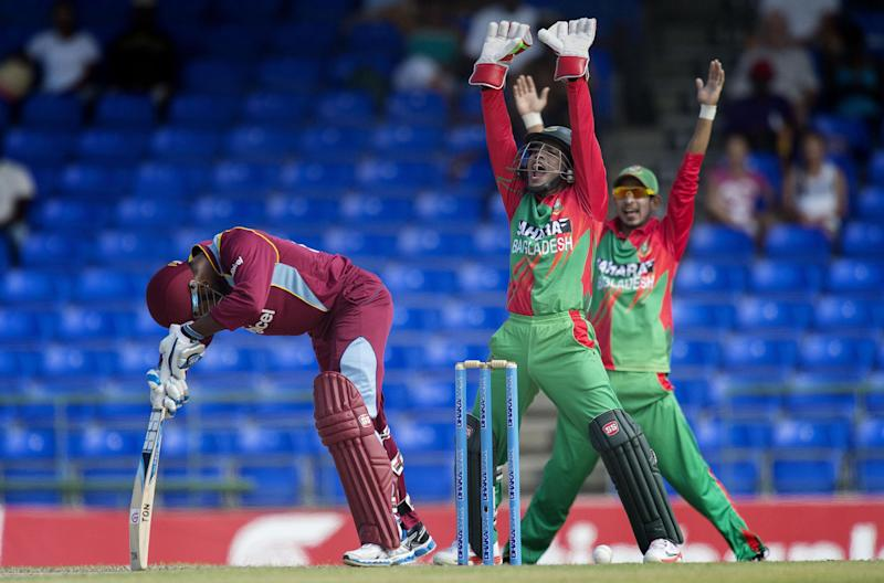 Bangladesh wicketkeeper Mushfiqur Rahim (C) calls for an lbw against West Indies batman Denesh Ramdin during the third one-day international at the Warner Park cricket ground in Basseterre, St Kitts and Nevis, August 25, 2014 (AFP Photo/Jim Watson)