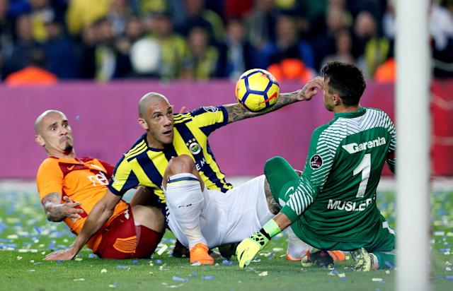 Soccer Football - Turkish Super League - Fenerbahce S.K vs Galatasaray - Sukru Saracoglu Stadium, Istanbul, Turkey - March 17, 2018 Fenerbahce's Fernandao in action with Galatasaray's Fernando Muslera and Maicon REUTERS/Murad Sezer