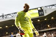 Everton's goalkeeper Tim Howard leaves the pitch at the end of their English Premier League match against Tottenham Hotspur, at White Hart Lane in north London, on August 29, 2015 (AFP Photo/Justin Tallis)