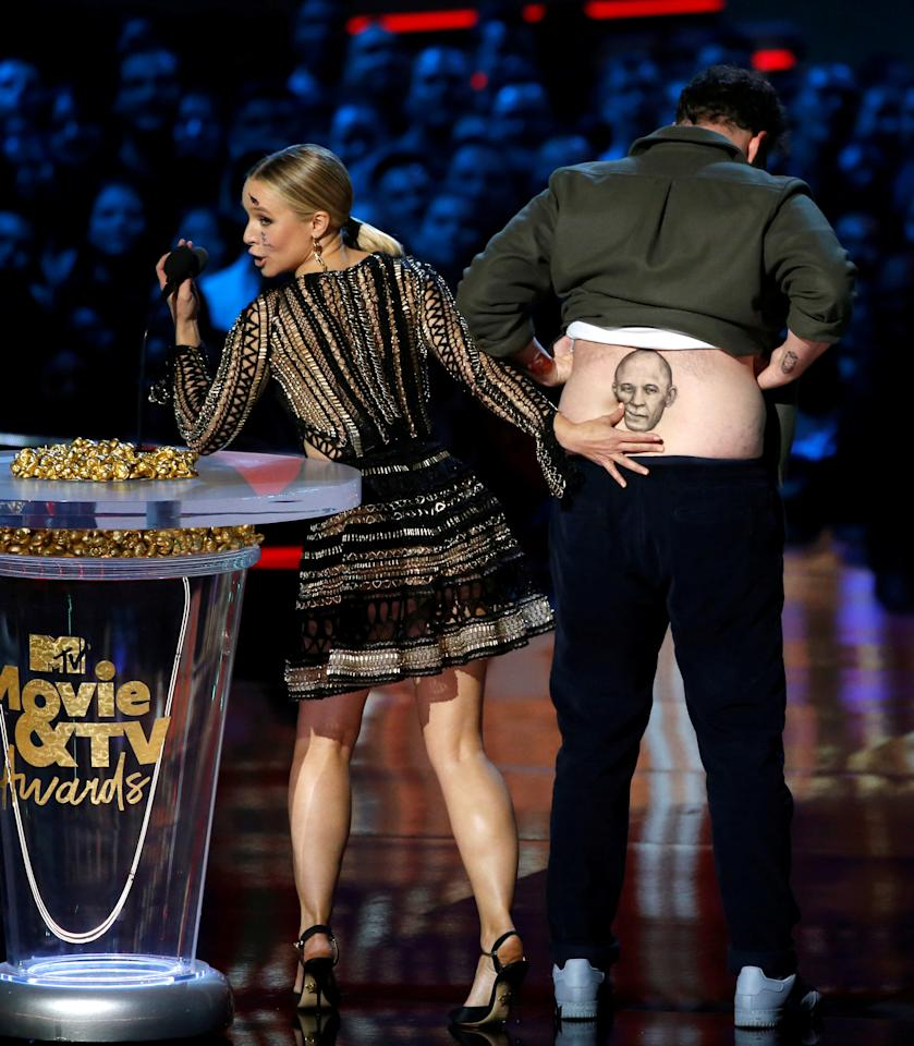 Actors Kristen Bell and Seth Rogen speak on stage at the 2018 MTV Movie & TV Awards at Barker Hangar in Santa Monica, California, U.S., June 16, 2018. Picture taken June 16, 2018.  REUTERS/Mario Anzuoni     TPX IMAGES OF THE DAY