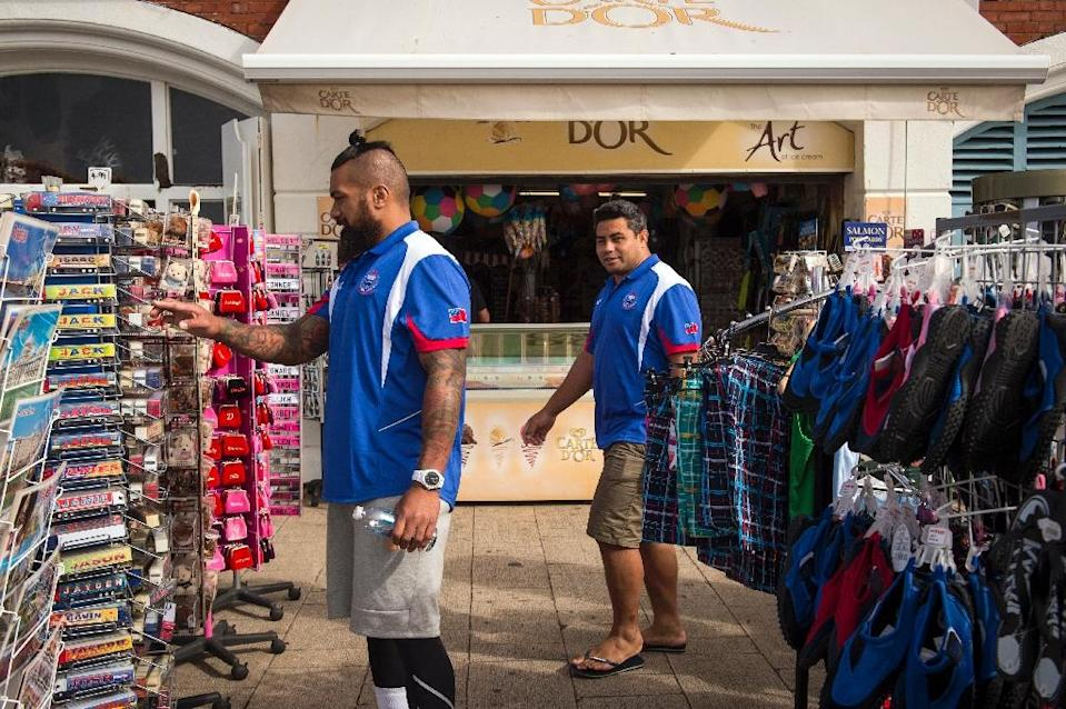 Samoa's prop Viliamu Afatia (R) and back row forward Faifili Levave shop for souvernirs on a non-training day in Brighton, England on September 17, 2015 (AFP Photo/Lionel Bonaventure)
