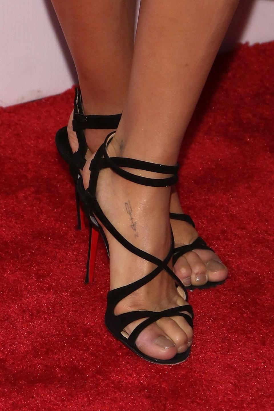 <p>Kravitz has arrow tattoos on both of her feet, with one headed toward the North and the other toward South. She also has a skull and crossbones symbol on her left ankle.</p>