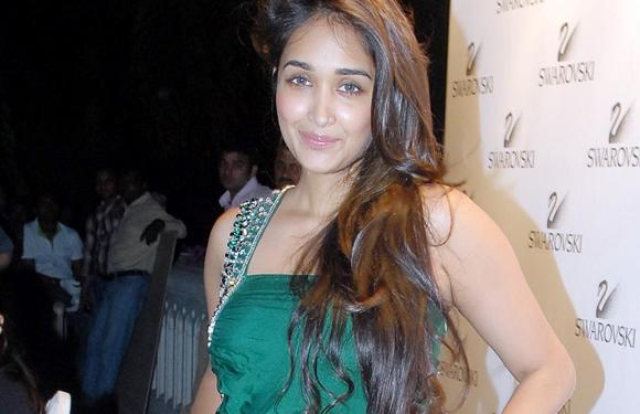 8. Jiah Khan has also had intensive dance lessons for years and was expert in reggae, belly dancing, lambada, salsa, kathak, jazz and samba.