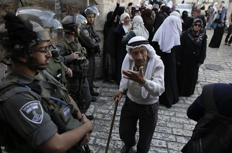 Palestinians are blocked by Israel security forces from entering the Al-Aqsa Mosque compound, Islam's third most holy site, on October 13, 2014 (AFP Photo/Ahmad Gharabli)