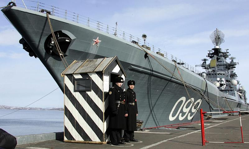 A photo taken on April 19, 2007 shows the flagship of Russia's Northern Fleet, nuclear-powered guided missile cruiser Pyotr Veliky, mooring in Severomorsk, near Murmansk (AFP Photo/Alexander Nemenov)