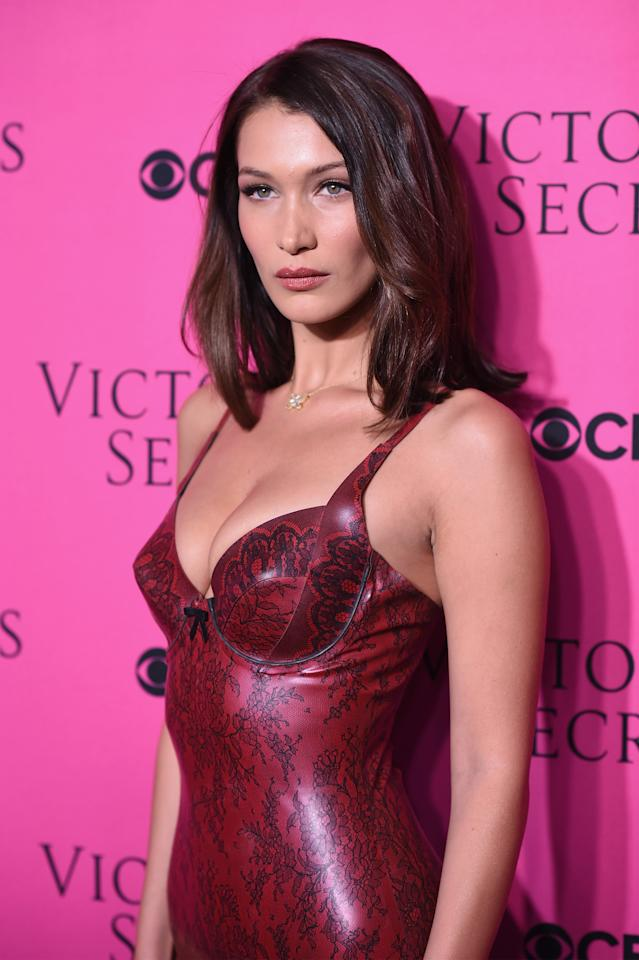Model-Megastar Bella Hadid kam hingegen in einem hautengen Lack-Bodysuit zur Victoria's Secret Viewing Party und war damit der sexy Hingucker des Abends. (Bild-Copyright: Dimitrios Kambouris/Getty Images)