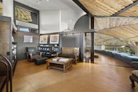 <p>The steel-and-wood materials combination really makes a statement.</p>