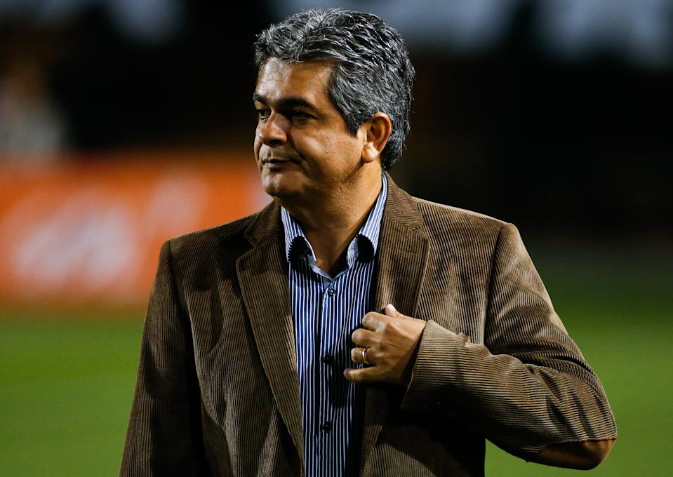 SAO PAULO, BRAZIL - SEPTEMBER 6: Ney Franco, coach of Vitoria in action during the match between Santos and Vitoria for the Brazilian Series A 2014 at Pacaembu stadium on September 6, 2014 in Sao Paulo, Brazil. (Photo by Alexandre Schneider/Getty Images)
