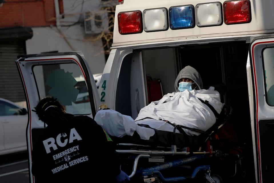 Trabajadores del servicio de emergencias suben un paciente a una ambulancia a las puertas del Hospital Brooklyn Center. (Foto: Andrew Kelly / Reuters).