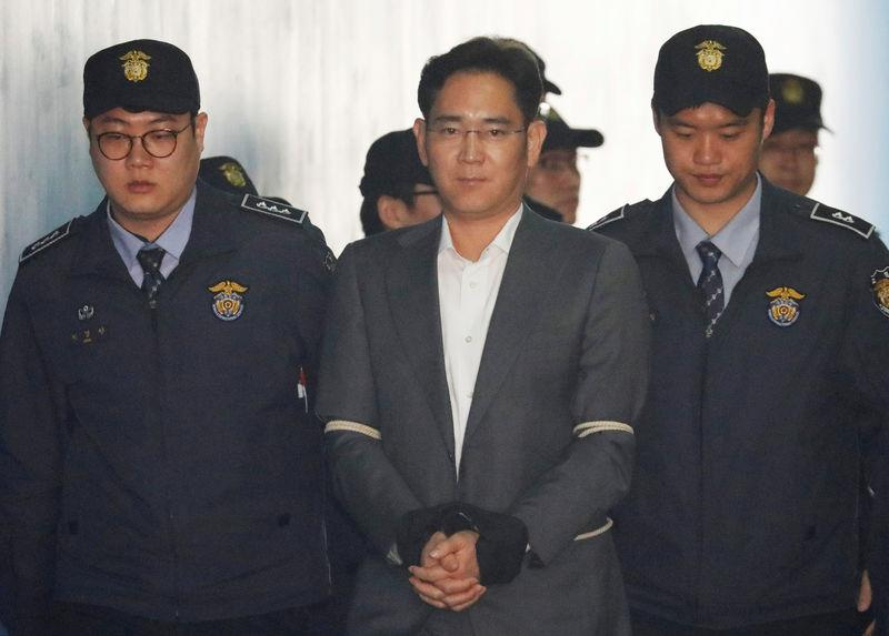 Samsung Group chief Jay Y. Lee arrives at a court in Seoul