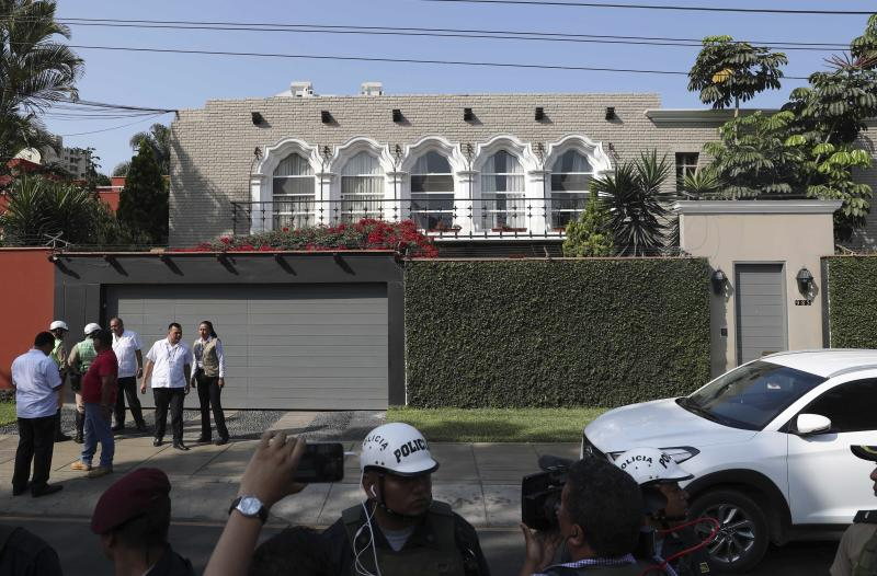 CORRECTS SPELLING OF KUCZYNSKI - Peruvian police arrive to take position outside the residence of Peru's former President Pedro Pablo Kuczynski, in Lima, Peru, Wednesday, April 10, 2019. A judge in Peru has ordered the detention for 10 days of the former leader as part of a money laundering probe into his consulting work for Brazilian construction giant Odebrecht, at the heart of Latin America's biggest graft scandal. (AP Photo/Martin Mejia)