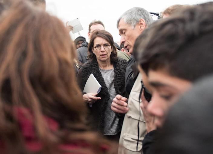 """French magistrate in charge of the case of the Calais migrant camp known as the """"Jungle"""" (C) talks to journalists as she visits the camp on February 23, 2016 in Calais, northern France (AFP Photo/Denis Charlet)"""