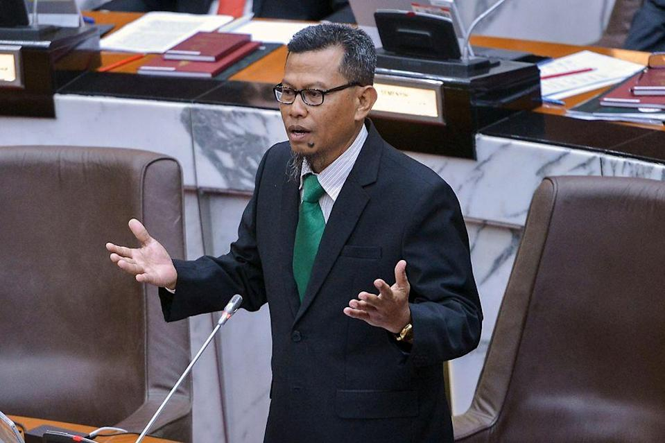 Selangor PAS commissioner Datuk Ahmad Yunus Hairi today chided Senior Minister Datuk Seri Azmin Ali for calling a state action council meeting without informing other Perikatan Nasional leaders. — Picture by Mukhriz Hazim