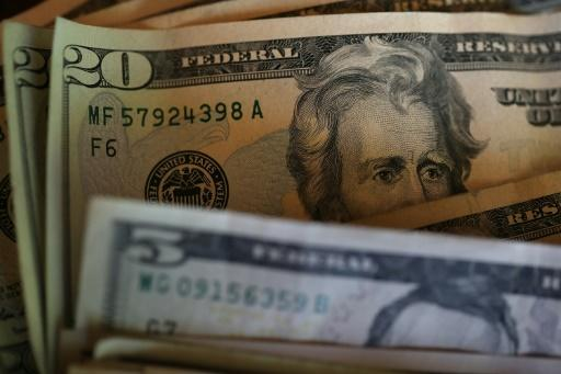 Dollar struggles in Asia on Fed rate hike uncertainty