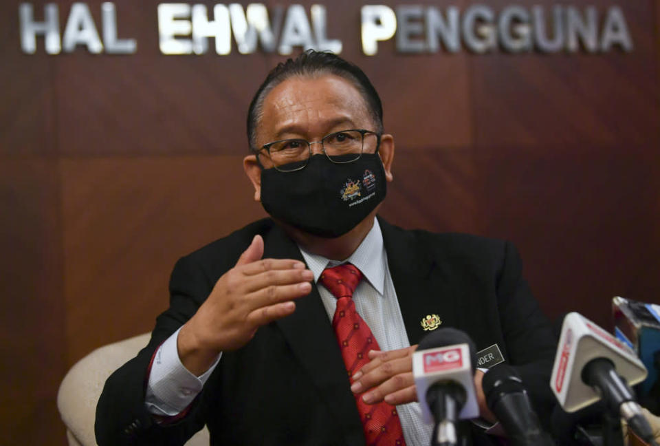 Domestic Trade and Consumer Affairs Minister Datuk Seri Alexander Nanta Linggi said the ministry took about a month and had engaged and consulted with local industry players, relevant agencies and manufacturers, among others before deciding on the ceiling price. — Bernama pic