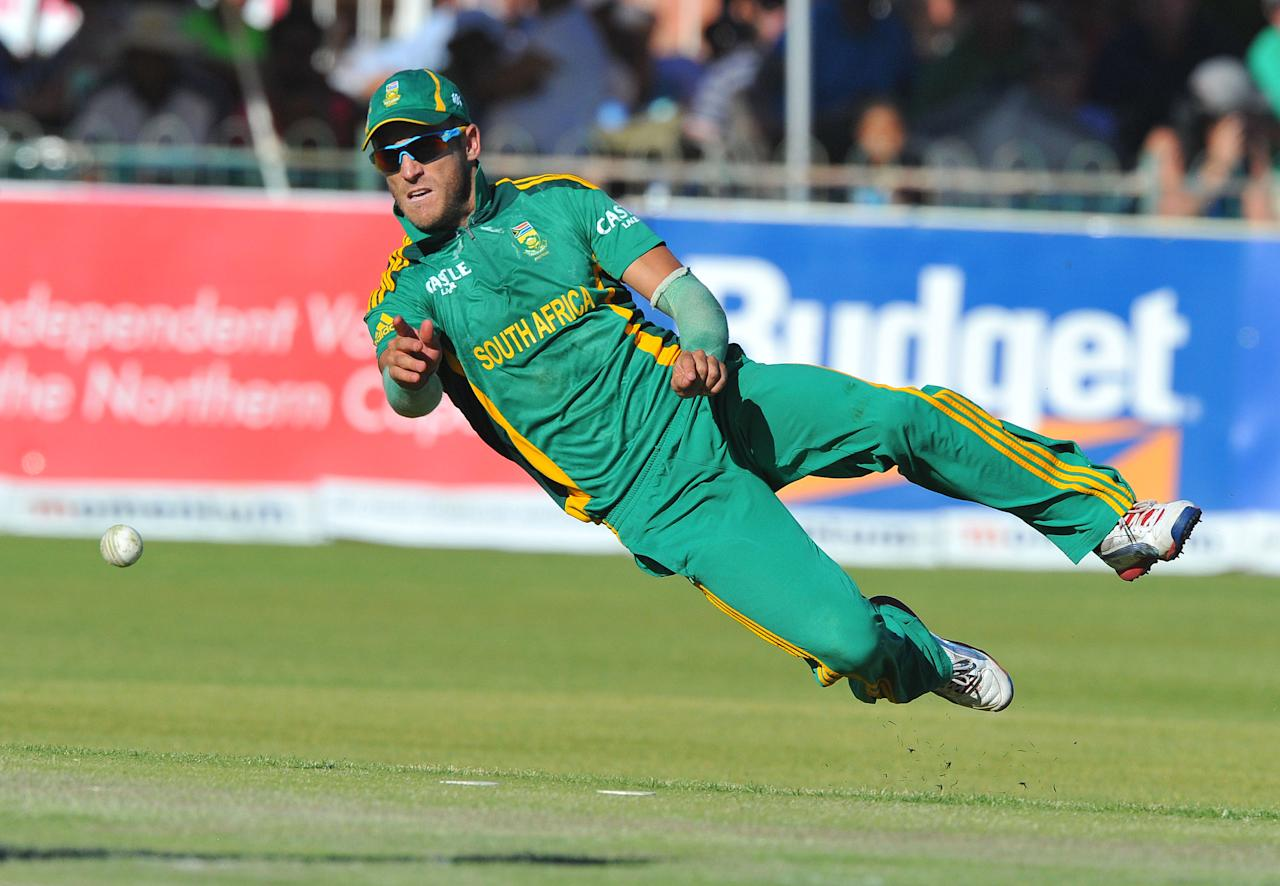 KIMBERLEY, SOUTH AFRICA - JANUARY 22: Faf du Plessis of South Africa throws to the stumps during the 2nd One Day International match between South Africa and New Zealand at De Beers Diamond Oval on January 22, 2013 in Kimberley, South Africa. (Photo by Duif du Toit/Gallo Images/Getty Images)