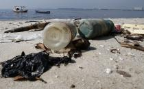 Bottles of plastic are seen on Galeao beach in the Guanabara Bay in Rio de Janeiro March 13, 2014. REUTERS/Sergio Moraes