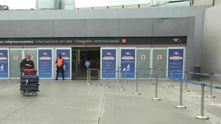 Passangers arrive at Buenos Aires as country suspends some flights