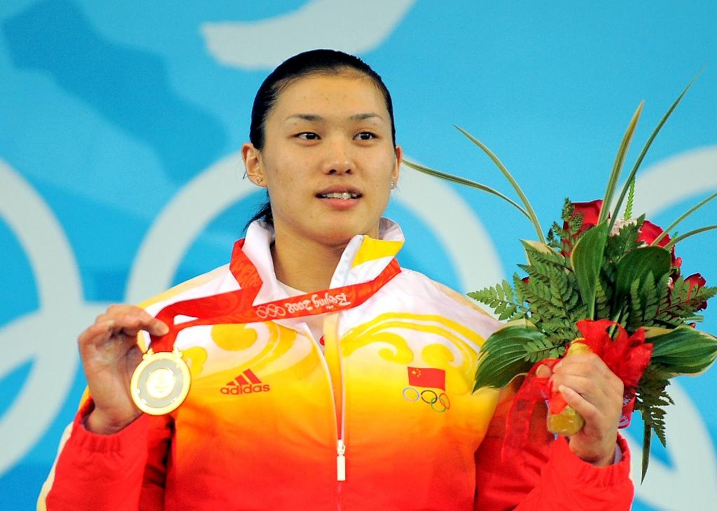 Gold medalist Cao Lei of China poses during the medal ceremony for the women's 75 kg weightlifting event during the 2008 Beijing Olympic Games on August 15, 2008 (AFP Photo/JUNG YEON-JE)