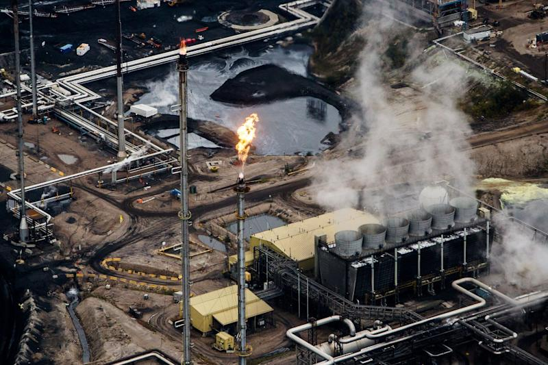 Energy Stocks in Canada 'Decoupling' From Oil Seen as Worst Ever