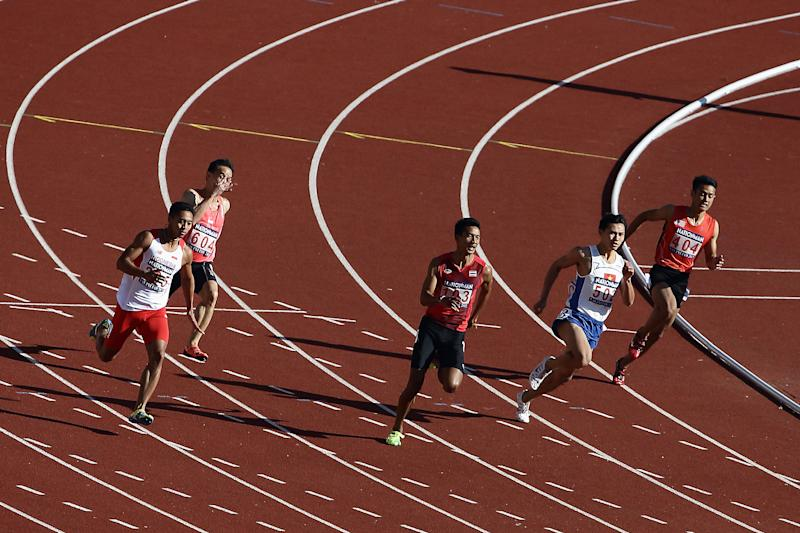 NAY PYI TAW, BURMA - DECEMBER 18: (L-R) Rozikin Muhammad Rozikin of Indonesia, Poh Seng Song of Singapore, Suppachai Chimdee of Thailand, Trong Hinh Le of Vietnam and Mohd Shamimi Azmi of Malaysia compete in the men's 200m heat during the 2013 Southeast Asian Games at Wunna Theikdi Stadium on December 18, 2013 in Nay Pyi Taw, Myanmar. (Photo by Suhaimi Abdullah/Getty Images)