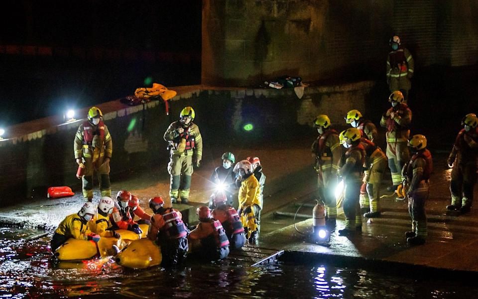 Rescue personnel work to save a small whale stranded in the River Thames - @RICHARDFRANK