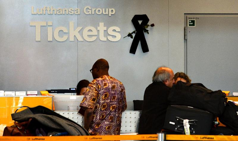 A black mourning band is seen at a ticket counter of German airline Lufthansa at the Duesseldorf airport on March 31, 2015 (AFP Photo/Sascha Schuermann)