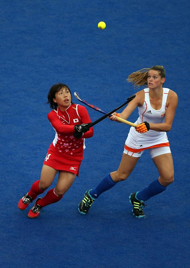 LONDON, ENGLAND - JULY 31: Keiko Manabe of Japan (L) and Lidewij Welten of Netherlands eyes the ball during the Women's Hockey Match between the Netherlands and Japan on day 4 of the London 2012 Olympic Games at Hockey Centre on July 31, 2012 in London, England. (Photo by Daniel Berehulak/Getty Images)