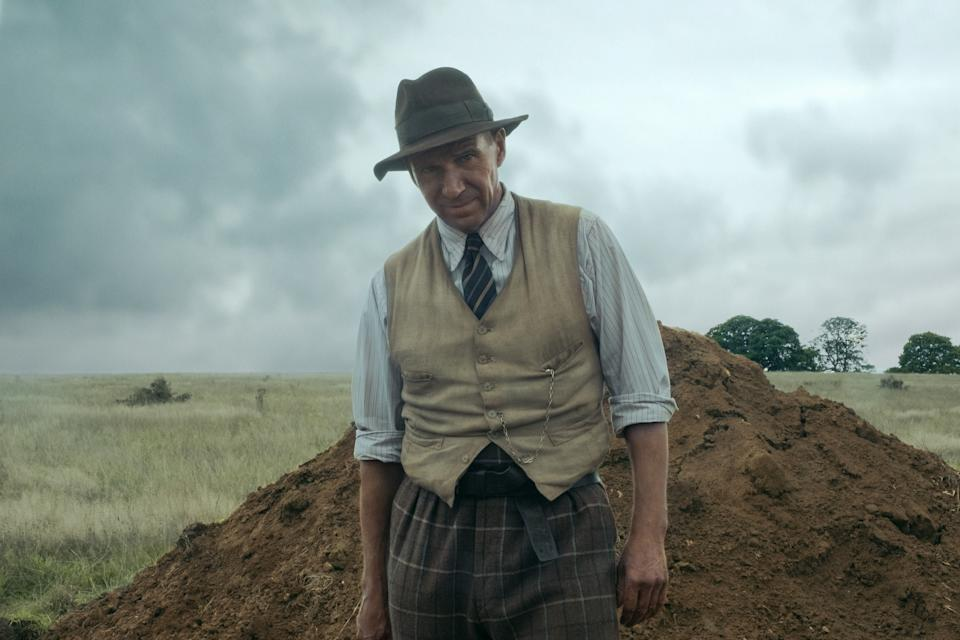 THE DIG: RALPH FIENNES as BASIL BROWN. (LARRY HORRICKS/NETFLIX © 2021)