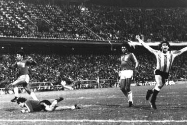 Mario Kempes (right) scores the third goal