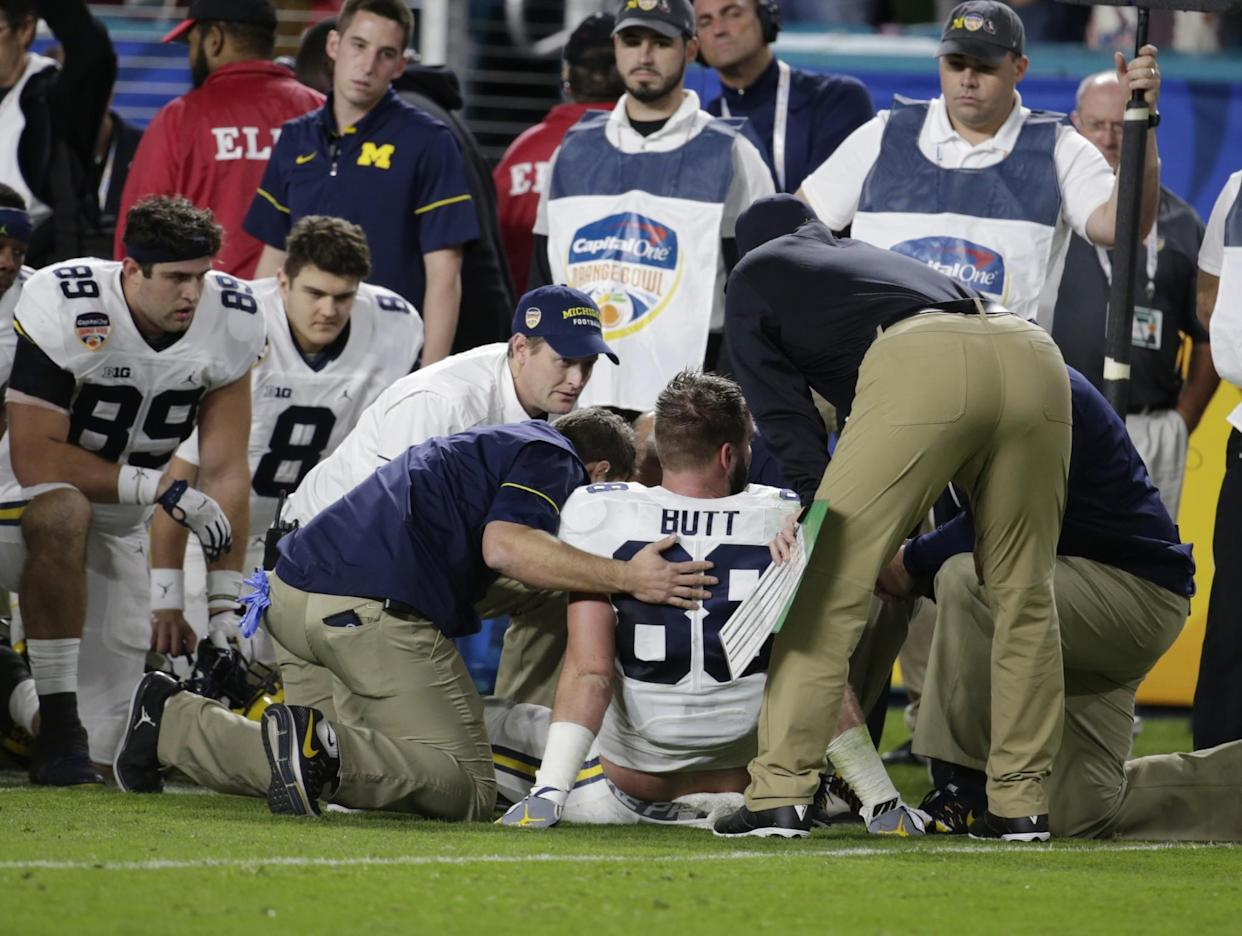 "Michigan tight end <a class=""link rapid-noclick-resp"" href=""/ncaaf/players/225755/"" data-ylk=""slk:Jake Butt"">Jake Butt</a> suffered a knee injury in the Orange Bowl. (AP Photo/Lynne Sladky)"