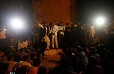 Shi'ite Muslim men gather after a drive-by bomb attack at a Shi'ite mosque, at a hospital in Karachi, Pakistan, October 17, 2016. REUTERS/Akhtar Soomro