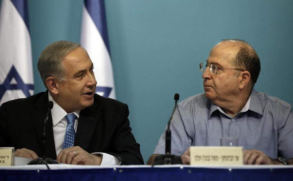 Israeli Prime Minister Benjamin Netanyahu (L) and Defence Minister Moshe Yaalon, at a press conference in Jerusalem, on August 27, 2014 (AFP Photo/Thomas Coex)