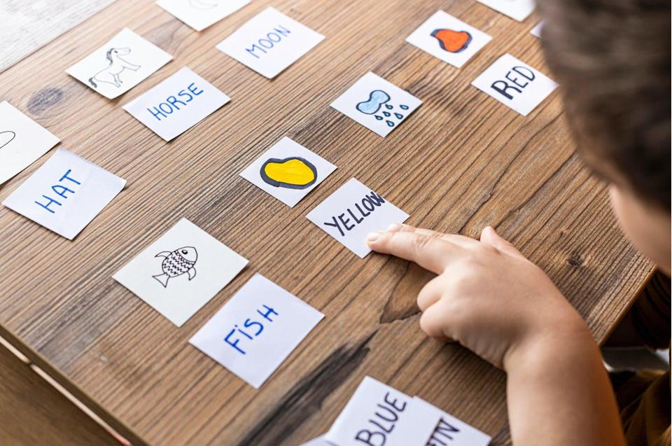 "<span class=""attribution""><a class=""link rapid-noclick-resp"" href=""https://www.shutterstock.com/es/image-photo/little-kid-playing-cards-words-pictures-1731906082"" rel=""nofollow noopener"" target=""_blank"" data-ylk=""slk:Shutterstock / VCoscaron"">Shutterstock / VCoscaron</a></span>"