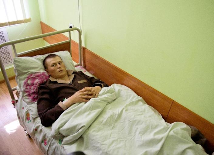 A man whom the SBU Ukrainian security service alledge to be one of two captured Russian soldiers lies on a bed at the Kiev military hospital on May 19, 2015 (AFP Photo/Genya Savilov)