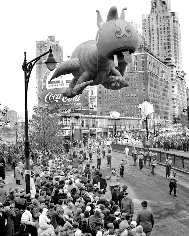 <p>A big-headed dragon sails over Columbus Circle in 1961. (Photo: Gordon Rynders/New York Daily News Archive via Getty Images) </p>