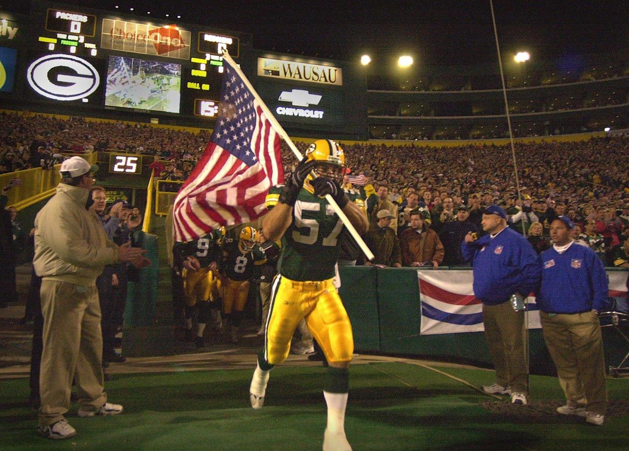 Chris Gizzi leads the Packers on the field before a game against Washington on Sept. 24, 2001. (Jeffrey Phelps-USA TODAY NETWORK)