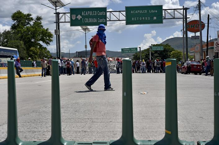 Students block a road on the highway between Acapulco and Mexico DF on October 5, 2014 to demand the goverment of Guerrero state investigate the disappearance of their peers in Chilpancingo (AFP Photo/Yuri Cortez )