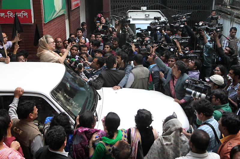 Opposition Bangladesh Nationalist Party leader Khaleda Zia addresses journalists from her car at the BNP office in Dhaka on January 5, 2015 (AFP Photo/)