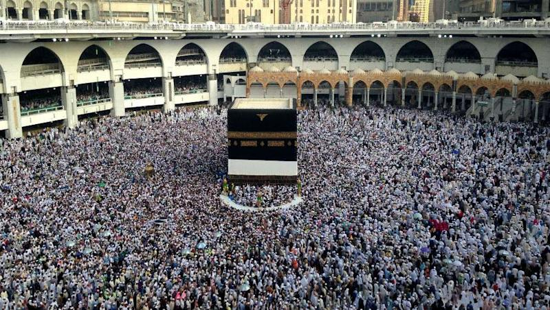 Saudi Arabia: Father-Son Duo Detained For Posing With Indian Flag Inside Haram in Mecca, Released After MEA Intervenes
