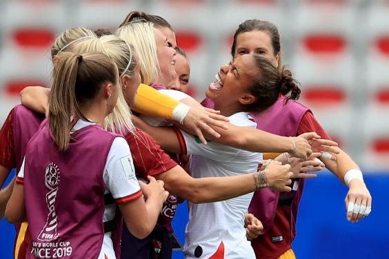 Nikita Parris of England celebrates with team mates (Getty Images)