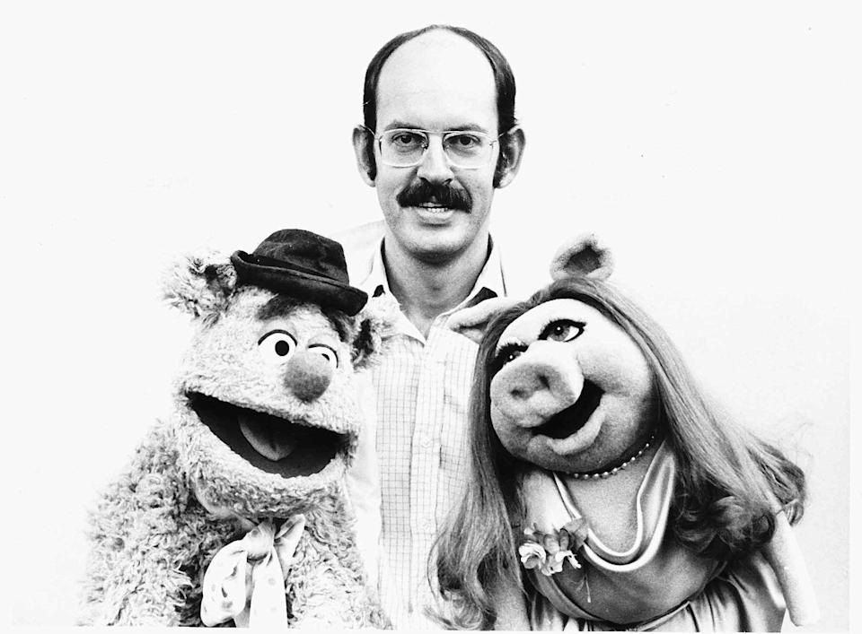 Frank Oz poses with Muppets Fozzie Bear and Miss Piggy in August 1977. (Credit: Mirrorpix/Courtesy Everett Collection)