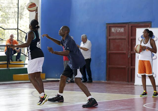 Former NBA star Dikembe Mutombo attends a training session with the Cuban women's national basketball team in Havana April 23, 2015. Retired NBA stars Steve Nash and Mutombo engaged in some basketball diplomacy in Cuba as part of an NBA workshop, the first outreach of its kind by a U.S. professional sports league since the thaw in U.S.-Cuban relations in December. REUTERS/Enrique de la Osa