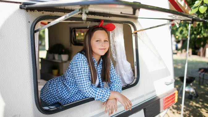 ilustrasi gadis di movil caravan/copyright by Alina Tanya from Shutterstock