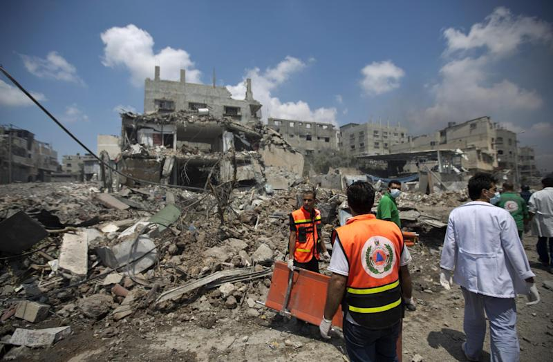 Palestinian medics search for survivors amid the rubble in Gaza's eastern Shejaiya district on July 20, 2014 (AFP Photo/Mahmud Hams)