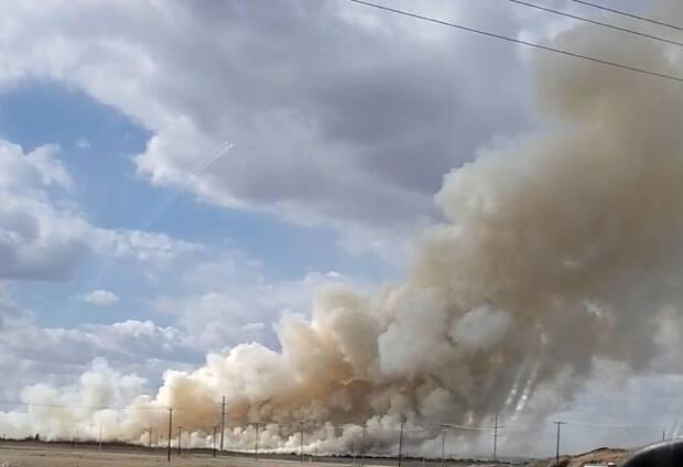 Thick smoke billowed from the scene of a grass fire on the north edge of Saskatoon. (Ed Roy/Facebook - image credit)