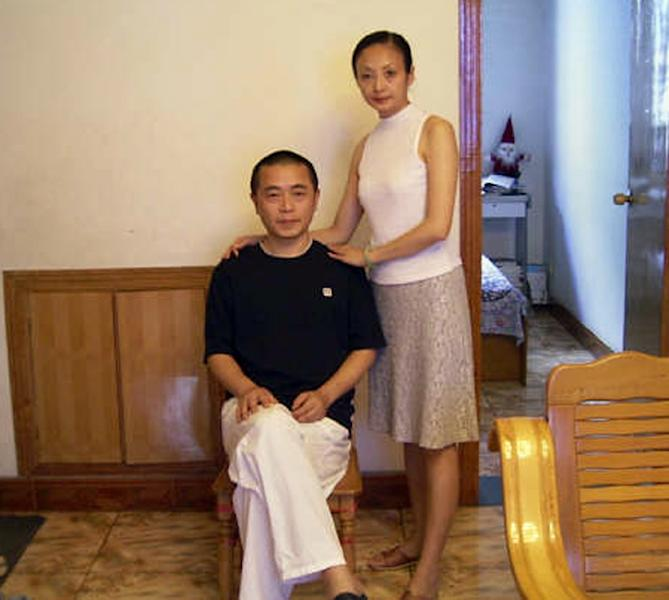 Dissident Huang Qi (L), pictured together with his wife Zeng Li, at their home in Chengdu, south-west China's Sichuan province, in 2009 (AFP Photo/-)