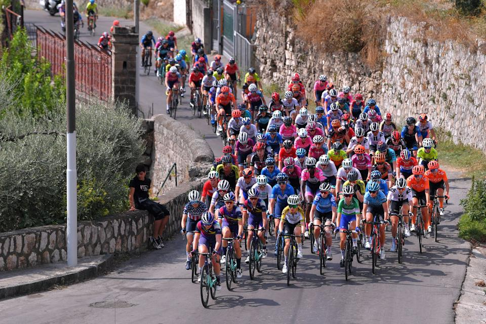 The women's peloton during stage 6 at the Giro Rosa