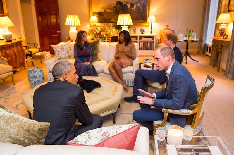 Prince William, Duke of Cambridge speaks with US President Barack Obama as Catherine, Duchess of Cambridge speaks with First Lady of the United States Michelle Obama and Prince Harry in the Drawing Room of Apartment 1A Kensington Palace as they attend a dinner on April 22, 2016 in London, England. Apartment 1A was once connected to Apartment 1.